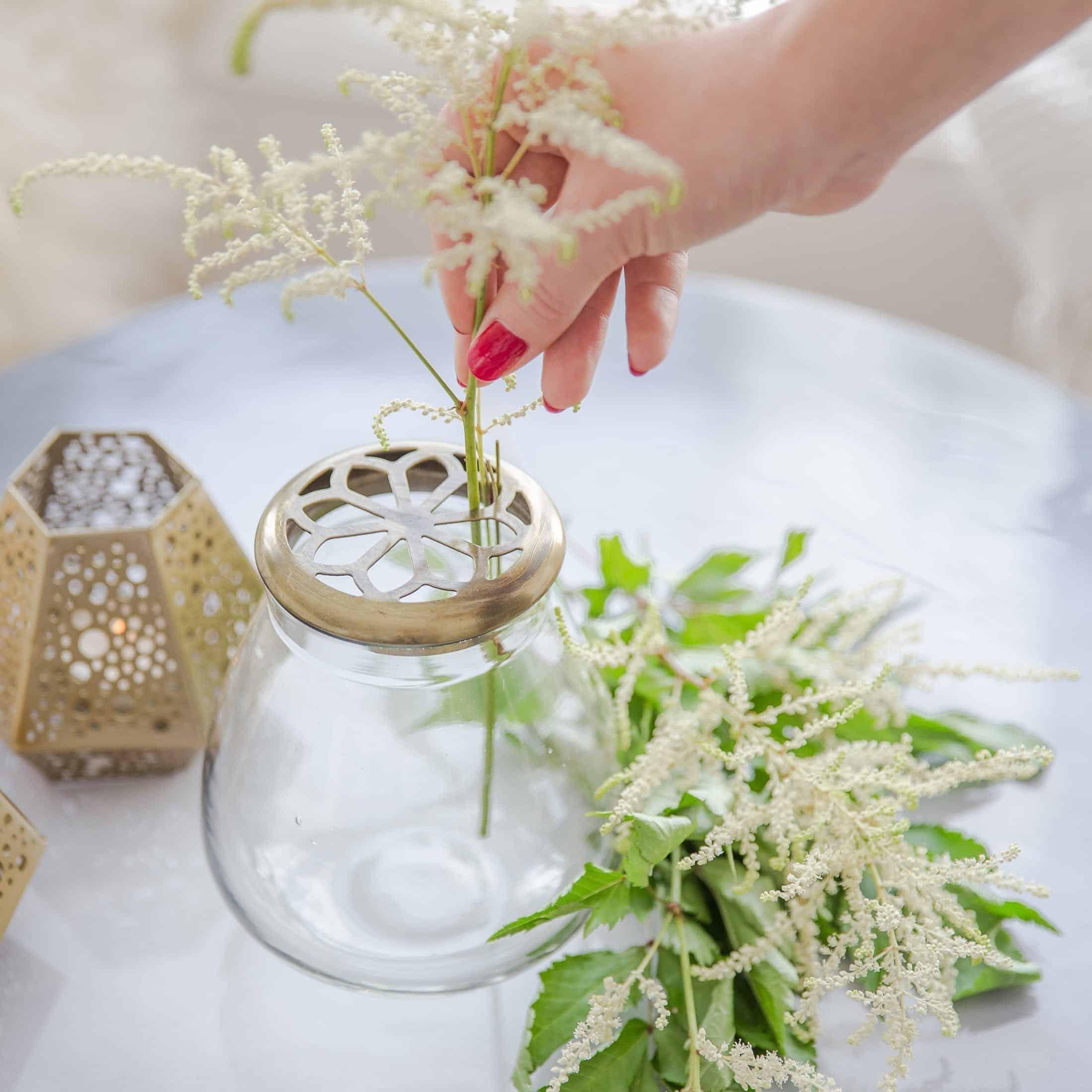 Runde Vase mit goldenem Deckel für einzelne Blumen im Art Deco Stil von der Marke Affari. Kleine Vase mit goldenem Metall Deckel im skandinavischen Stil