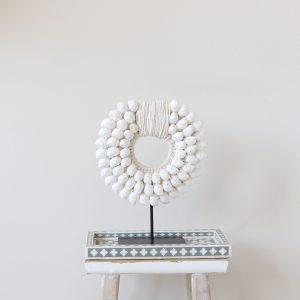 Dekoration aus weißen Muscheln. Die hübsche Muschelkette auf einem Ständer dekoriert Ihr Zuhause im Boho Stil und ist ein Unikat ♥ online kaufen