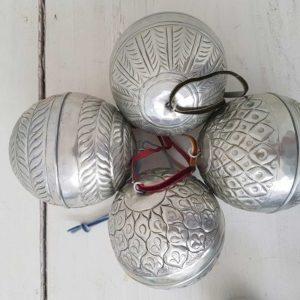 Christbaumschmuck aus Metall in Silber ♥ Zum Öffnen und zum Aufhängen. Geldgeschenke in den silbernen Kugeln verpacken. Entdecke die Adventsdeko im Bohemian Wohnstil