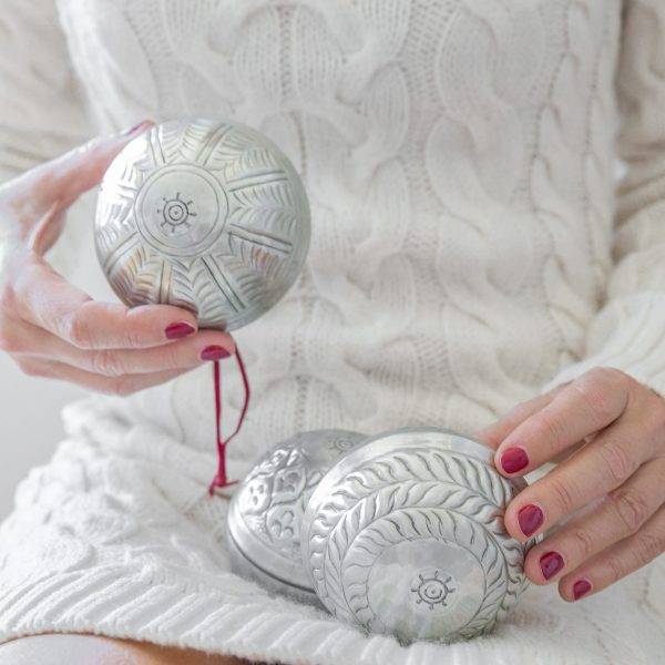 Weihnachtsdekoration in Silber aus Aluminium im marokkanischen Wohnstil von der Marke Van Verre. Christbaumkugeln zum öffnen für Geldgeschenke