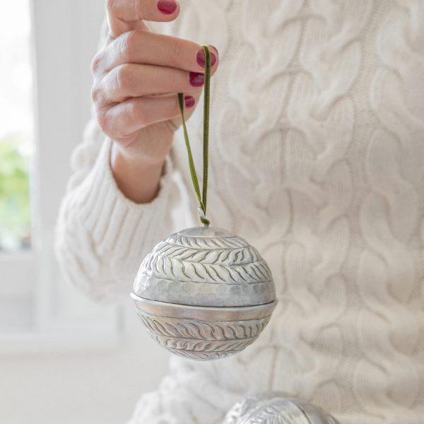 Christbaumkugeln aus Metall mit Samtband aus Aluminium zum öffnen für Geldgeschenke von der Marke Van Verre. Orientalische Weihnachtsdekoration in Silber