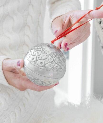Christbaumschmuck aus Metall in Silber ♥ Zum Öffnen und zum Aufhängen. Kleine Geschenke in den silbernen Kugeln verpacken. Entdecke die Adventsdeko im Bohemian Wohnstil