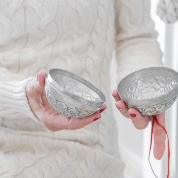 Ball aus Marokko in Silber ♥ Zum Öffnen und zum Aufhängen. Kleine Geschenke in den silbernen Kugeln verpacken. Entdecke die Dekoration im Bohemian Wohnstil
