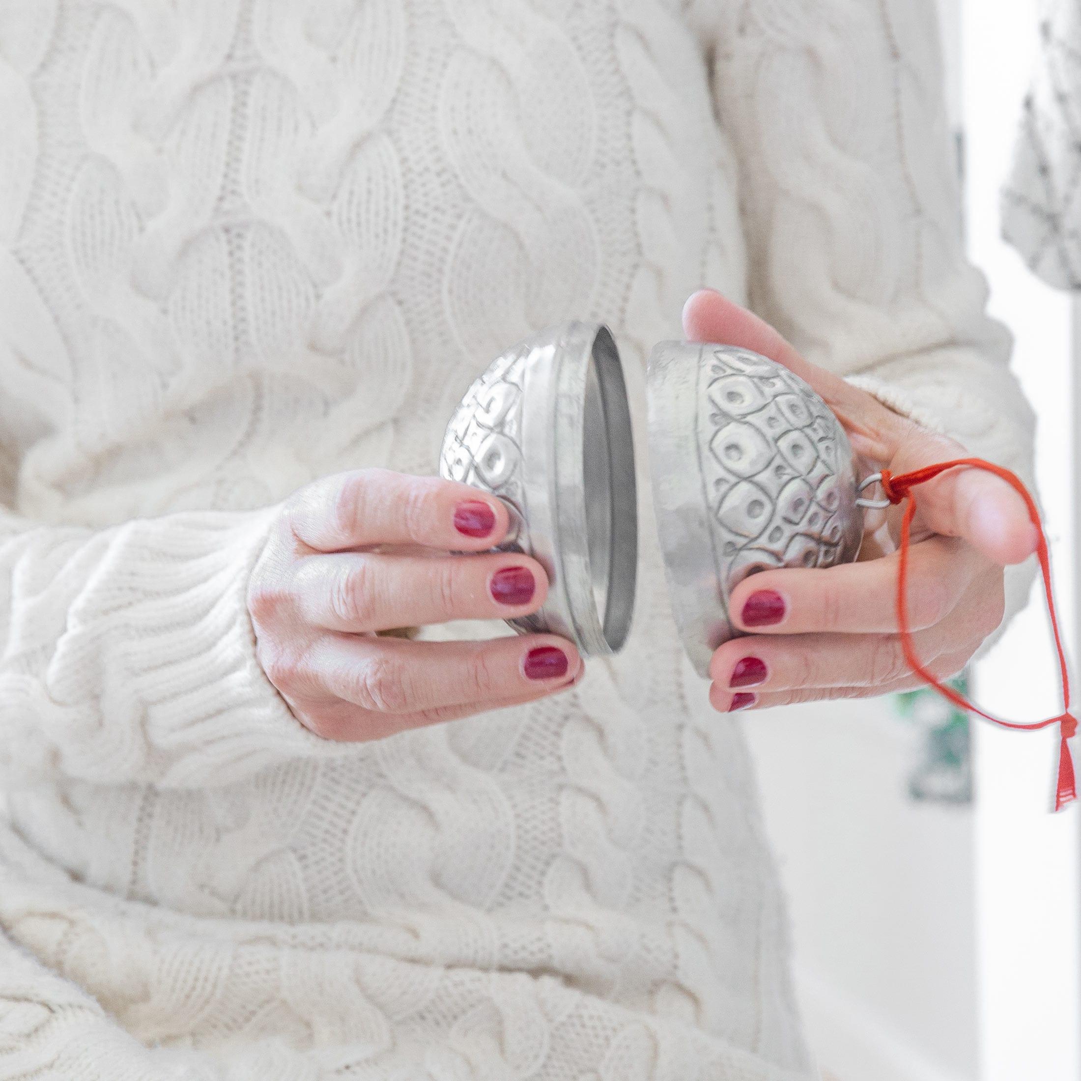 Christbaumschmuck aus Marokko in Silber ♥ Zum Öffnen und zum Aufhängen. Kleine Geschenke in den silbernen Kugeln verpacken. Entdecke die Adventsdeko im Bohemian Wohnstil