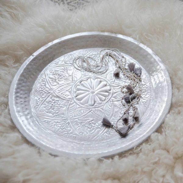 Orientalisches silbernes Tablett in 2 Größen mit einem wunderschönen Muster. Die runden Tabletts von der Marke Van Verre dekorien den marokkanischen Stil