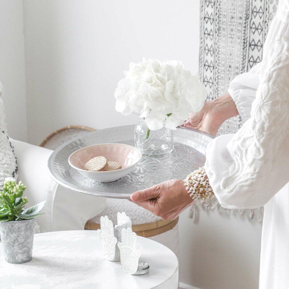 Orientalisches rundes Tablett aus Aluminium in 2 Größen mit einem wunderschönen Muster. Die runden Tabletts von der Marke Van Verre dekorien den marokkanischen Stil
