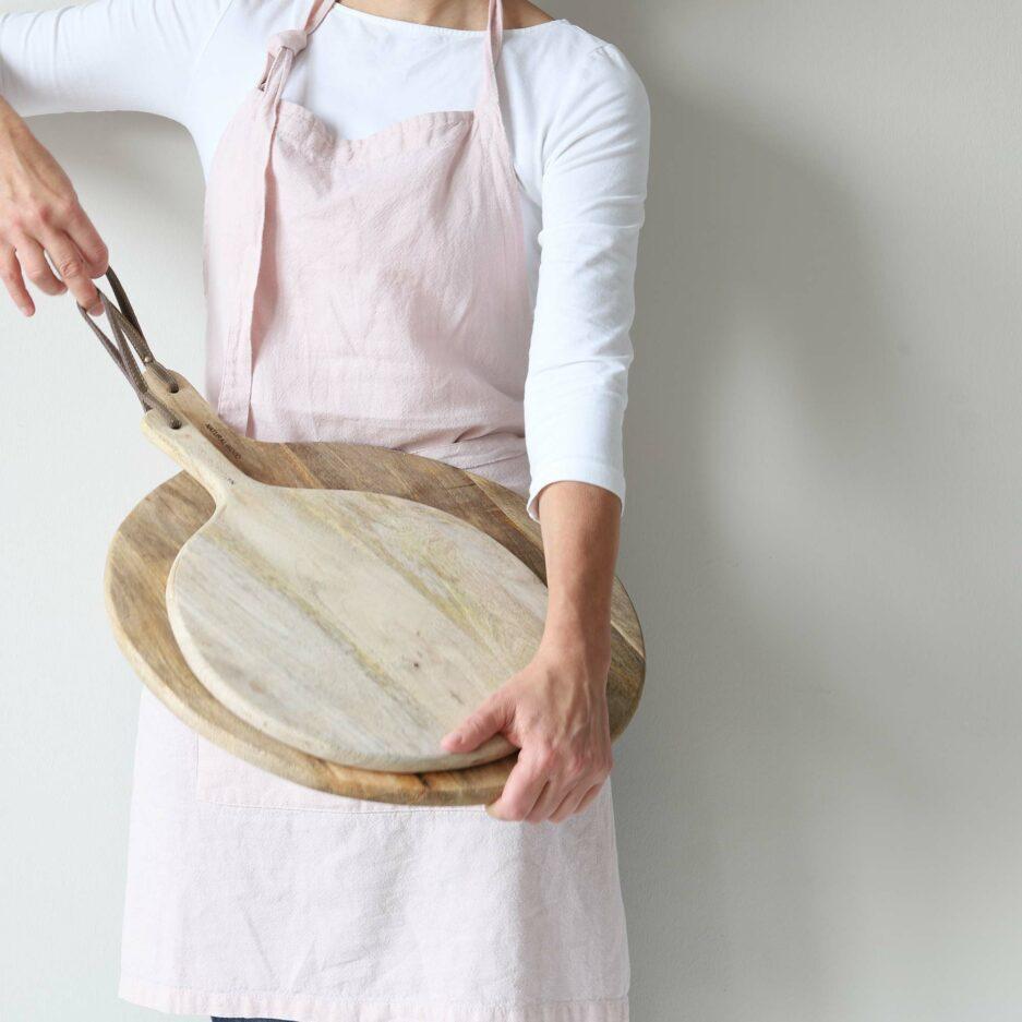 Rundes Pizzabrett aus Holz mit Griff, 30 cm Durchmesser ♥ Rundes Holzbrett aus Mangoholz für Lebensmittel. Pizzabrett, Brotzeitbrett mit Griff & Aufhängung ♥ online kaufen