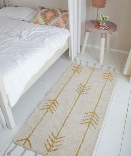 Teppich mit Pfeilen 70x140 ☆ Weich anzufassen, mit Fransen ☆ Goldene Metallik Pfeile auf Natur Beige Matt Baumwolle. Bezaubernder Teppich von Liv Interior