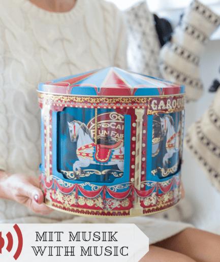 Große Keksdose mit Spieluhr und einem Motiv aus Pferden in Rot und Blau. Das große Karussell hat Platz für Kekse und Plätzchen in der Weihnachtszeit
