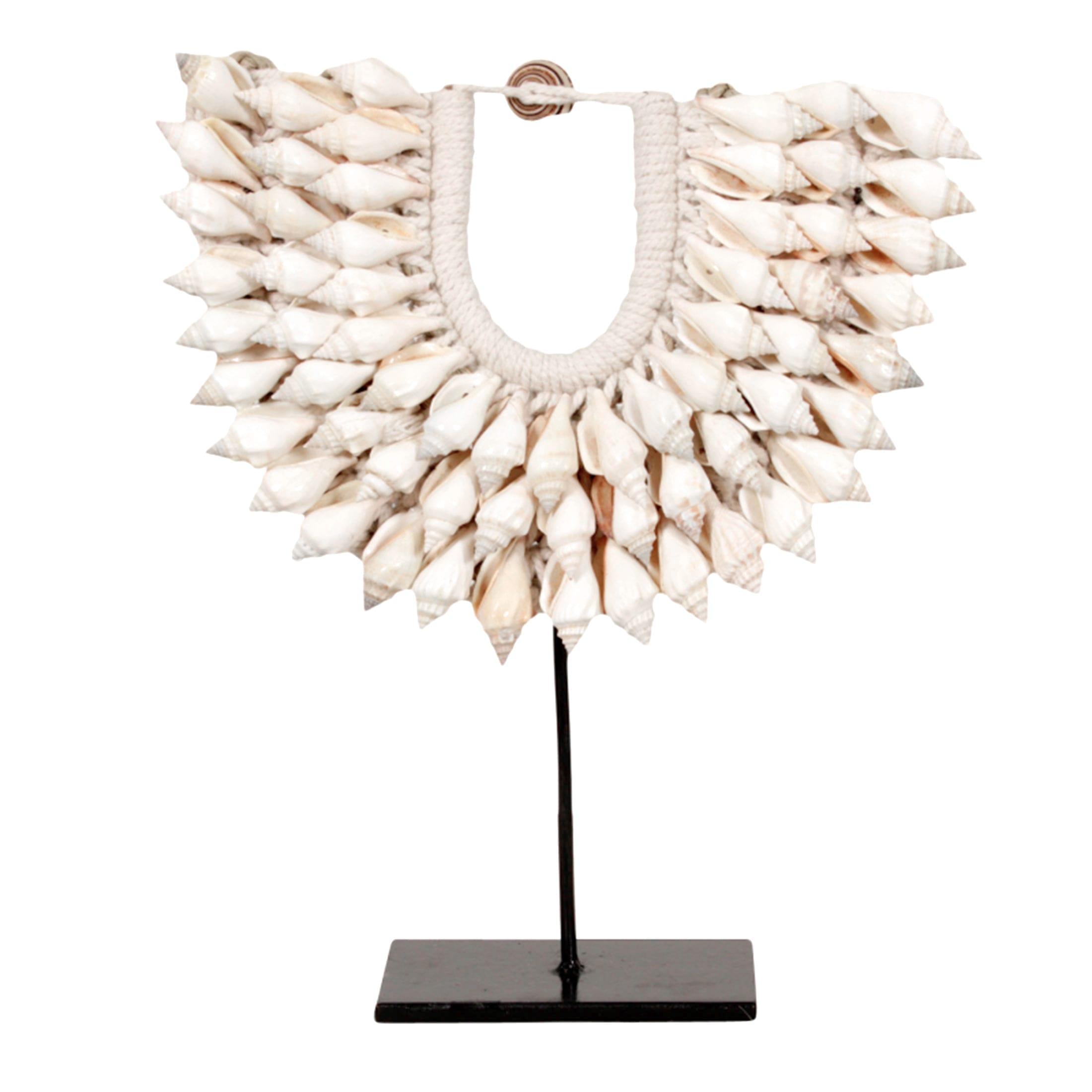 Dekoration aus Muscheln | Replik einer Halskette aus Papua, die auf einem Ständer aus schwarzem Metall ausgestellt ist | Bohemian Dekoration | Boho