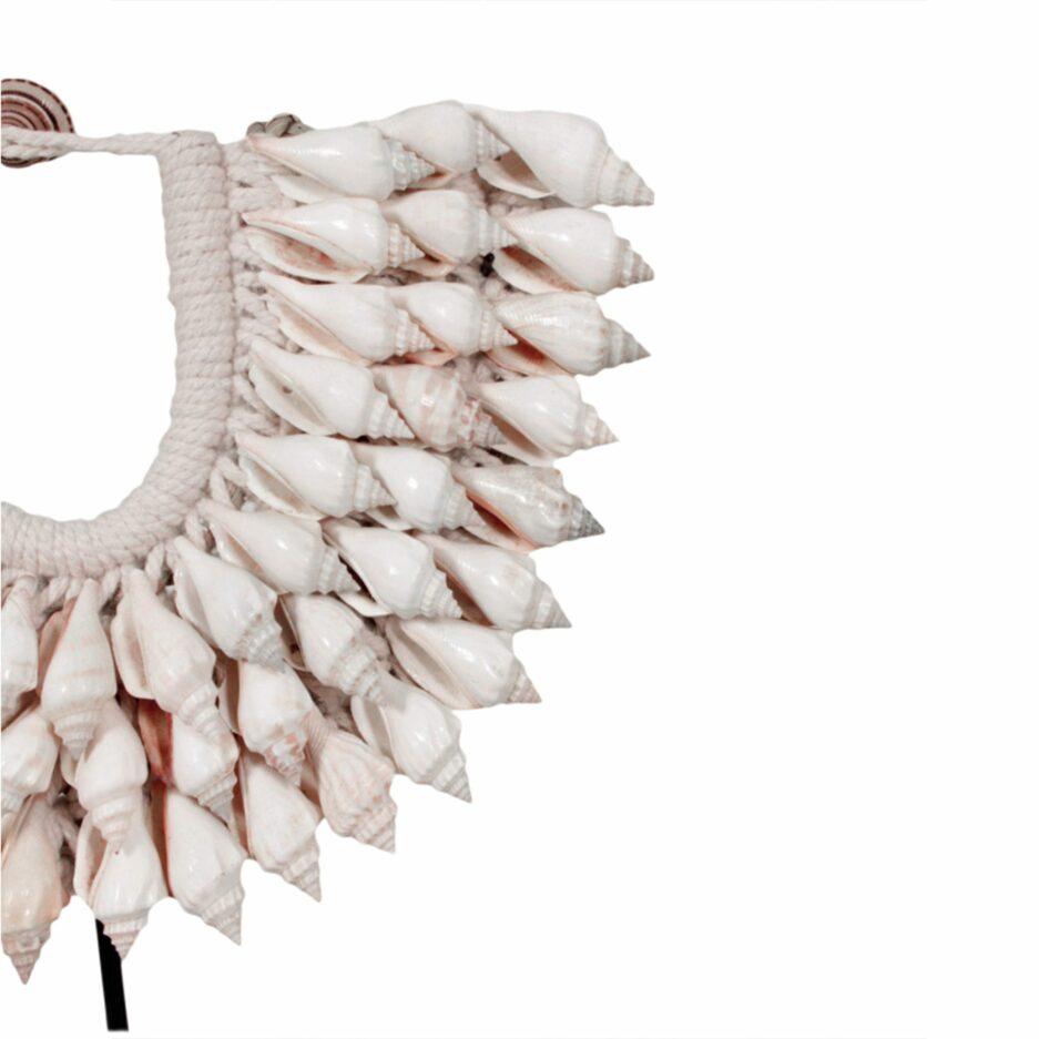 Dekoration aus Papua mit weißen Muscheln. Dekoration aus weißen Muscheln zum schmücken des Zuhause im Tribal, Ethno Wohnstil