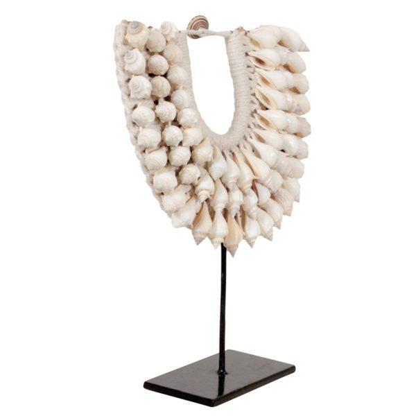 Ethno Style Dekoration aus Muscheln im Ethno, Tribal Style. Muschelkette aus Papua Neuguinea dekoriert die Vitrine und den Tisch | Ethno Deko kaufen