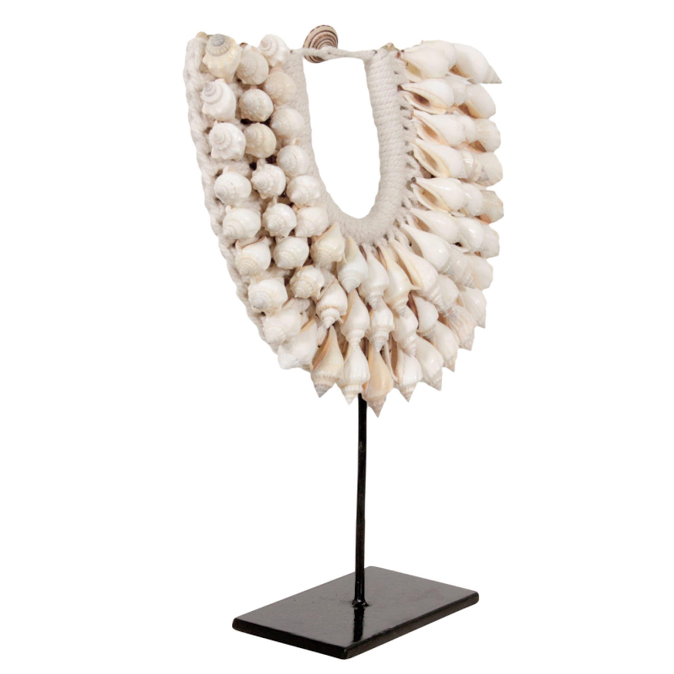 Ethno Style Dekoration aus Muscheln im Ethno, Tribal Style. Muschelkette aus Papua Neuguinea dekoriert die Vitrine und den Tisch   Ethno Deko kaufen
