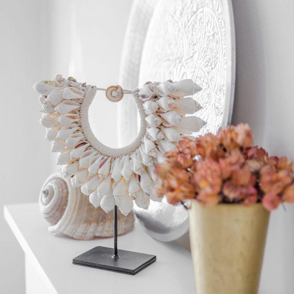 Ethno Style Dekoration aus Muscheln | Replik einer Halskette aus Papua, auf einem Ständer aus schwarzem Metall ausgestellt | Bohemian Dekoration | Boho