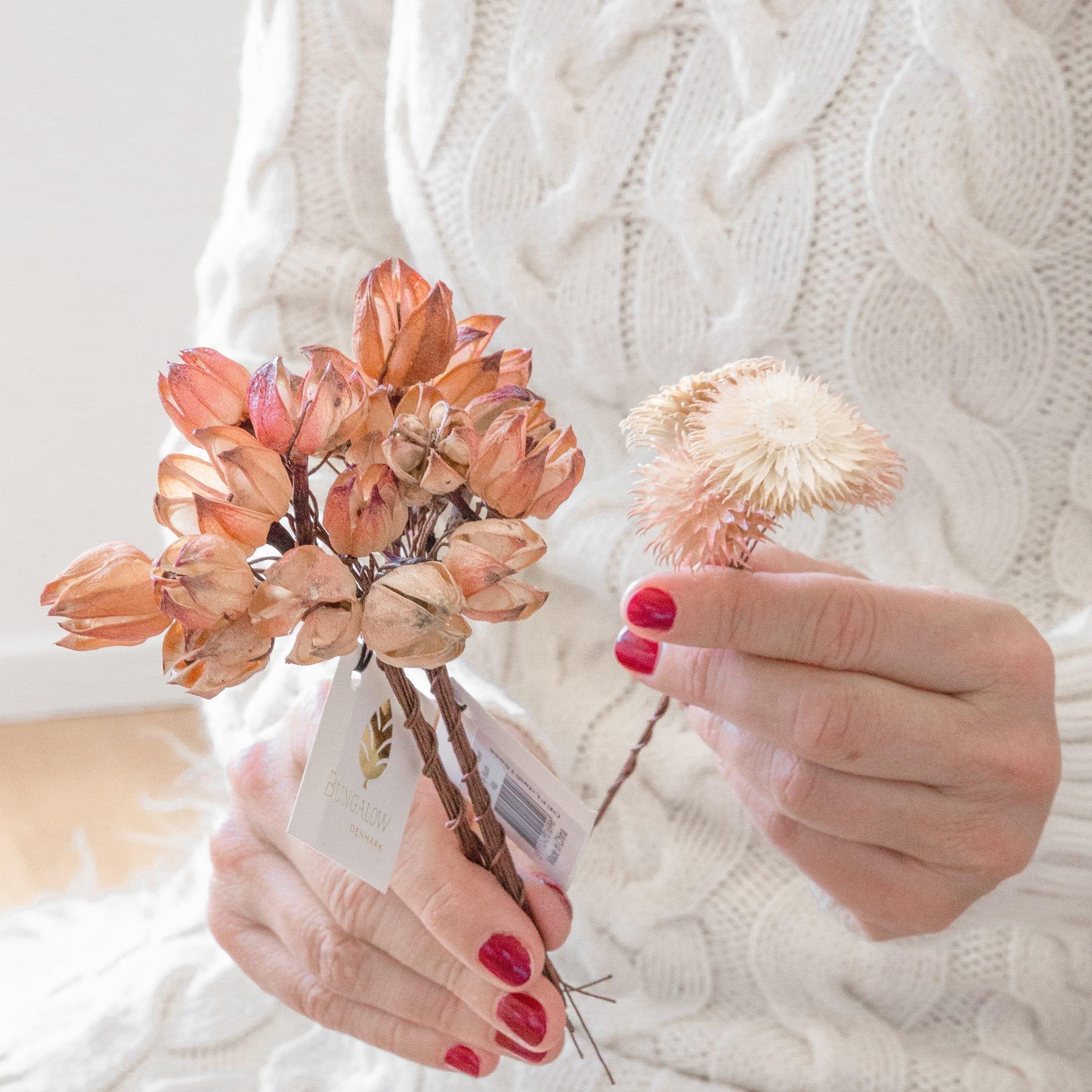 Getrocknete Blumen und Beeren zum basten und schmücken von Kränzen und Blumengestecken. Strohblumen von der Marke Bungalow im natürlichen Look