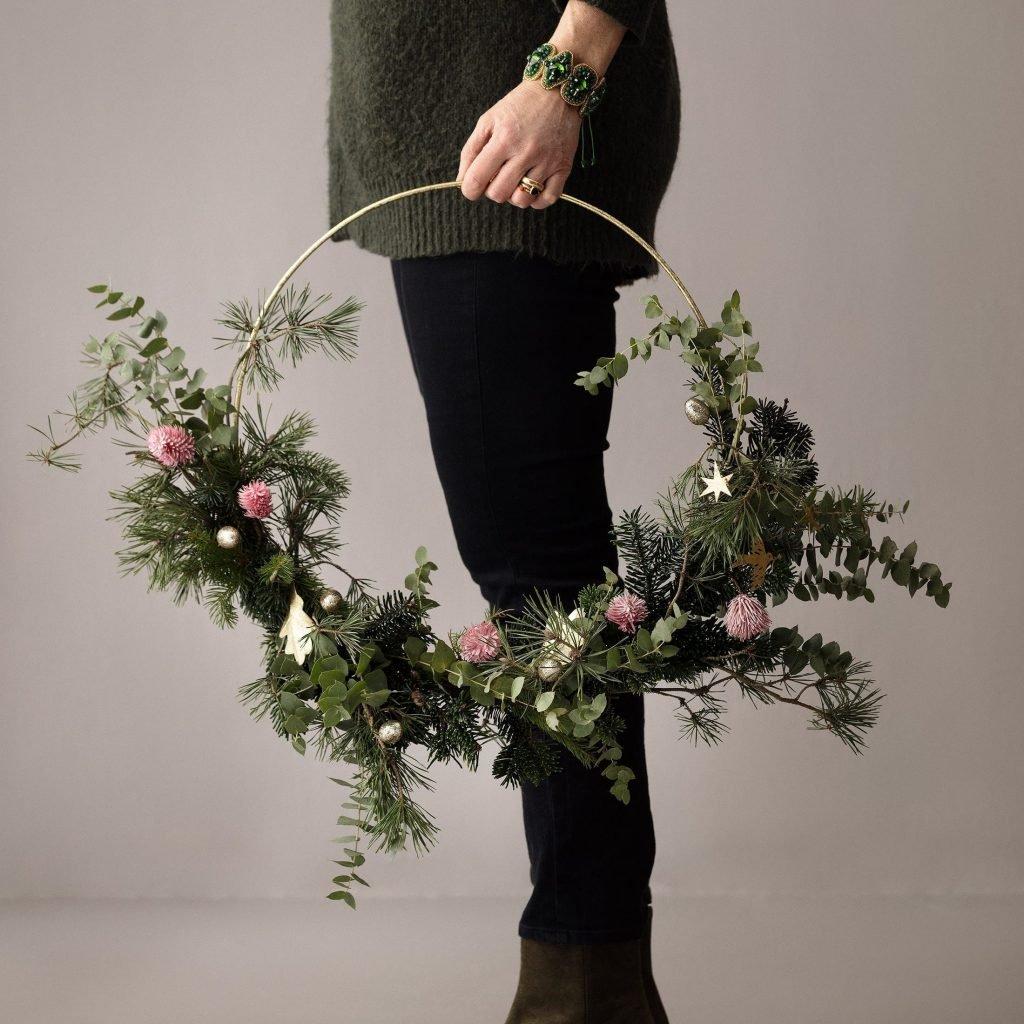 Metallring in Gold für die Dekoration an Weihnachten. Die goldenen Ringe aus Metall dekorieren wie mit Blumen und Zweige im Herbst und Winter