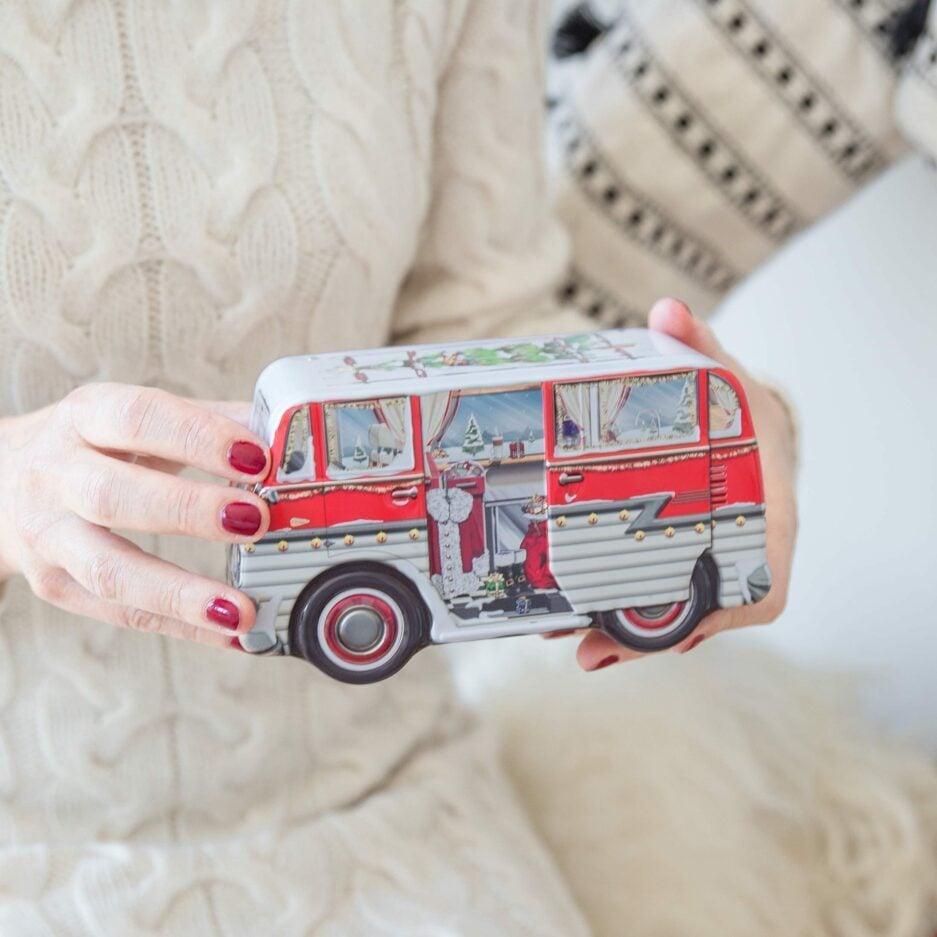 """Keksdose """"Camper"""" mit dem Motiv eines Weihnachtsbusses für Plätzchen und Kekse in der Weihnachtszeit. Blechdosen bei Soulbirdee kaufen"""