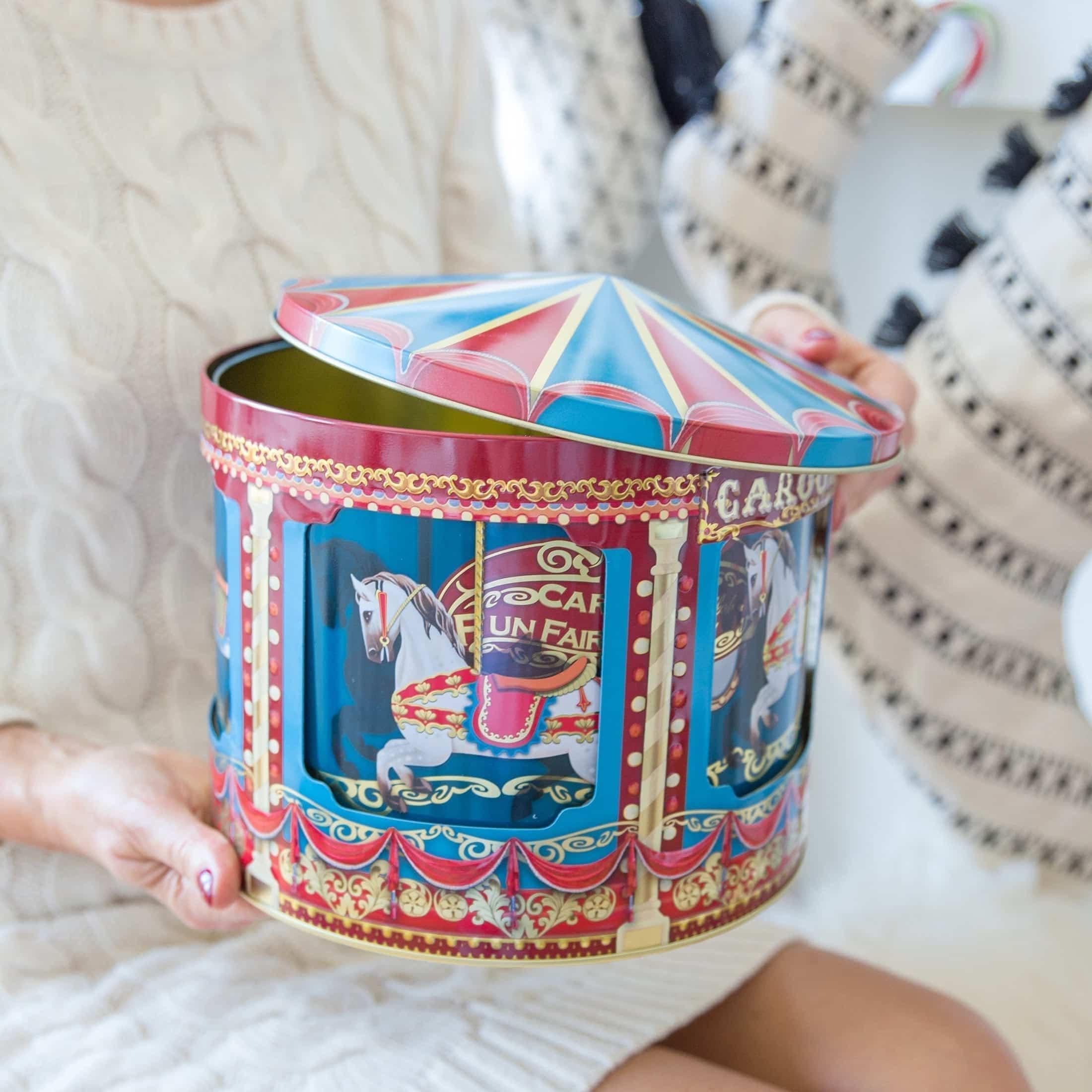 Keksdose Karussell mit Spieluhr ♥ Schöne Keksdose aus England. Das Karussell mit den Pferdchen in der Mitte dreht sich und spielt eine Melodie ☆ Onlineshop | netter Service