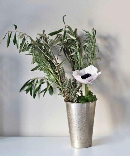 Lassi Becher in Silber als Vase zum dekorieren in der Weihnachtszeit von der Marke Affari. Großer Becher aus Metall für die Weihnachtsdekoration im marokkanischen und Bohemian Stil