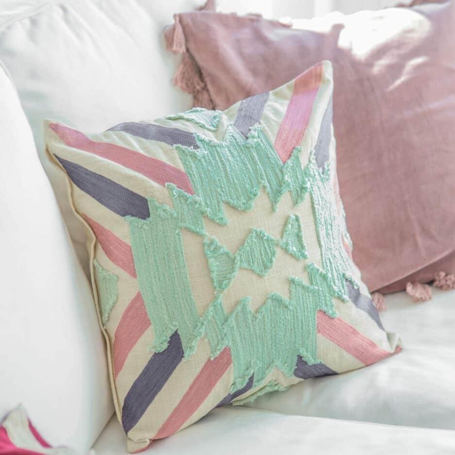 Gestreiftes Kissen im Boho Style in 45 x 45 cm aus Baumwolle. Besonderes Kissen mit Streifen von Liv Interior   Onlineshop Soulbirdee   netter Service