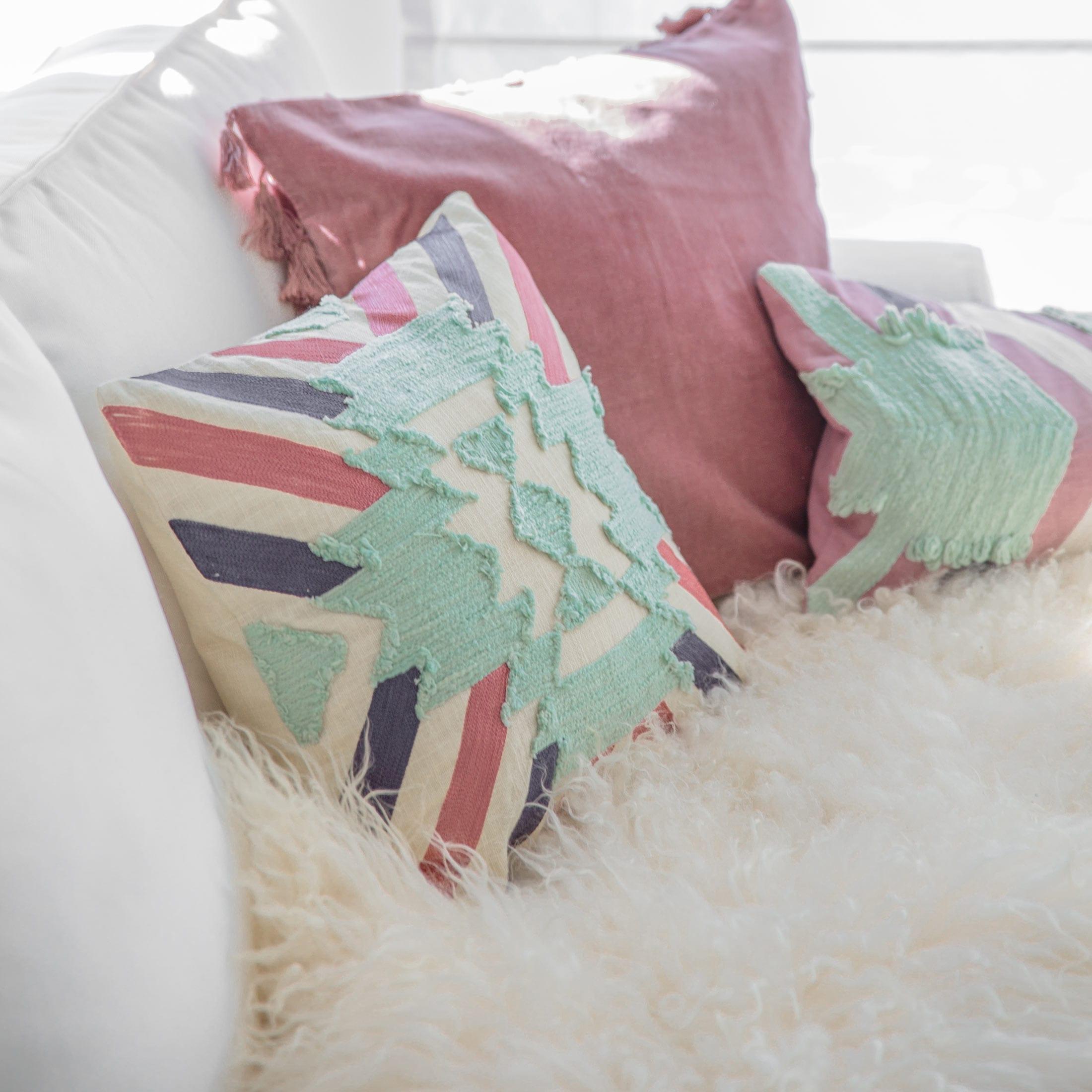Gestreiftes Sofakissen in 45 x 45 cm aus weicher Baumwolle von der Marke Liv Interior. Skandinavisches Kissen in Mint und Rosa für das Sofa