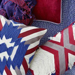 Hippie Style Kissen in der Farbe Rot / Blau in 45 x 45 cm aus Baumwolle. Besonderes Kissen mit Streifen von Liv Interior im angesagten Boho Wohnstil