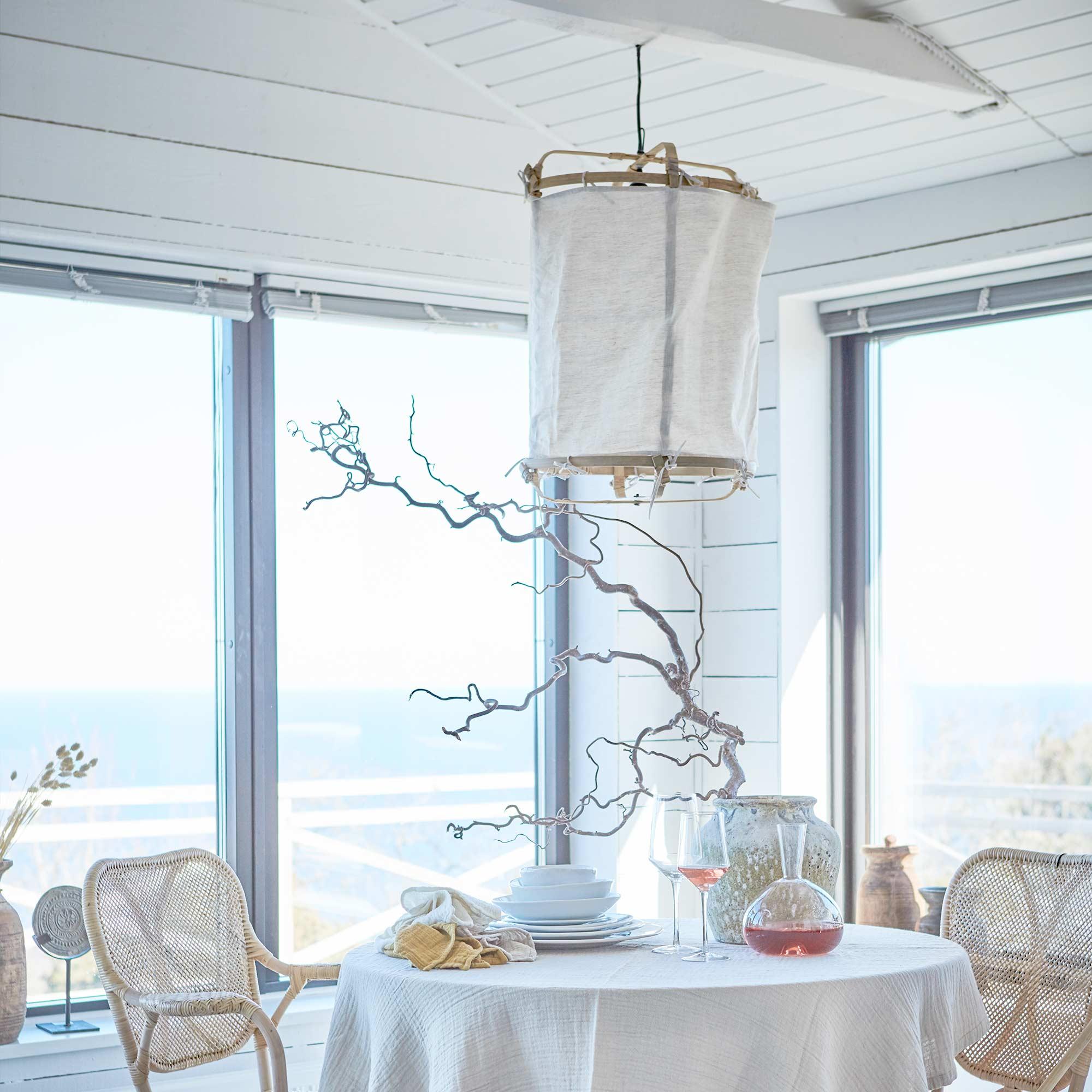 Einrichtung im Strandhaus Stil Deko, Einrichtungsideen und Inspiration zur Dekoration im Strandhausstil mit weißer Hängelampe & Muschel Accessoires im Whiteliving Style. Onlineshop