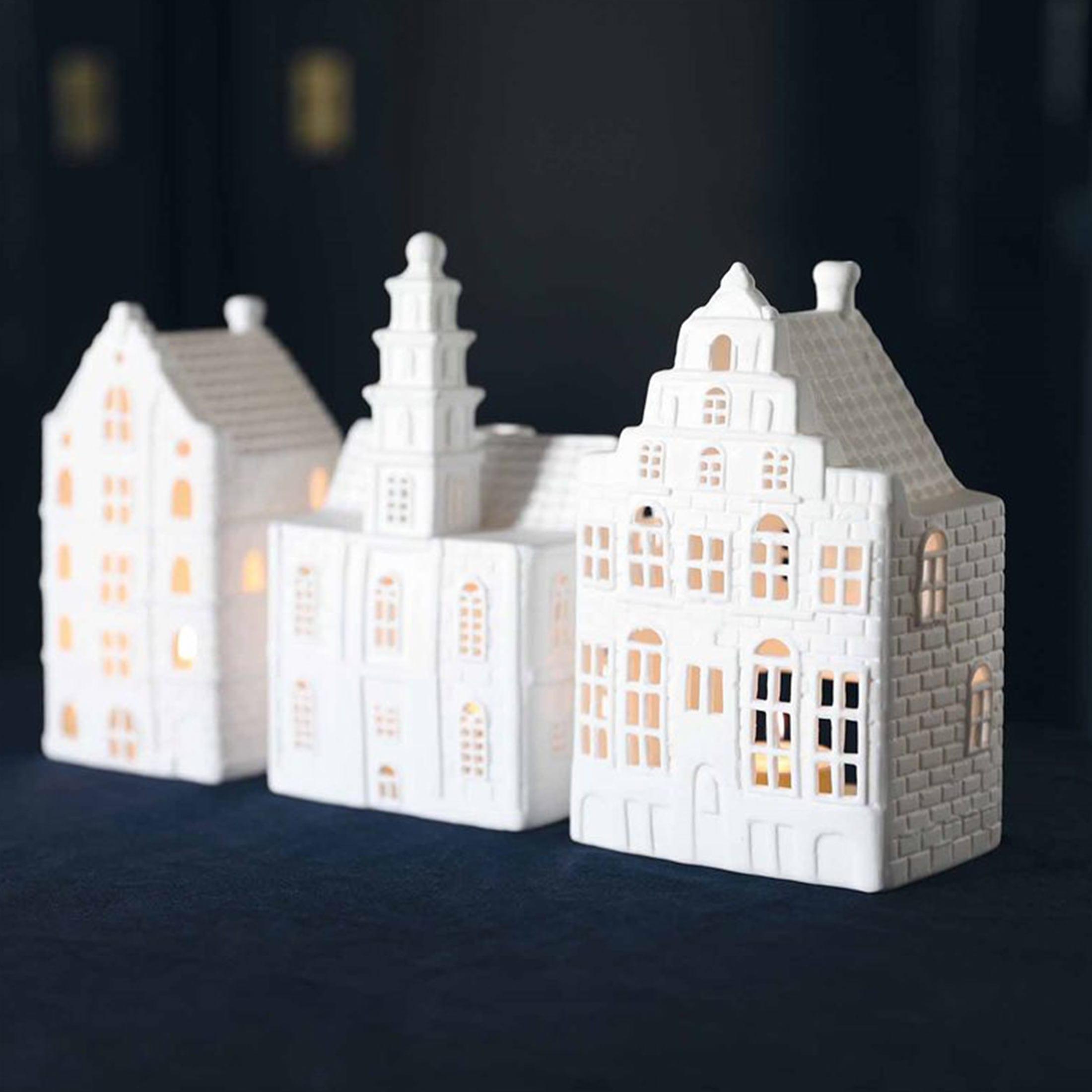 Kerzenhalter in Hausform aus Porzellan für die Dekoration im Wohnzimmer aus Porzellan. Weiße Kerzenhalter Haus in der Form eines Grachtenhaus aus Amsterdam