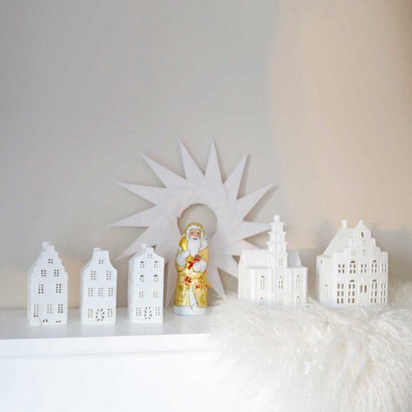 Teelichter in Hausform aus weißem Porzellan im 3er Set von der Marke Klevering. Entdecke die Teelichthalter in Form von Grachtenhäusern aus Amsterdam