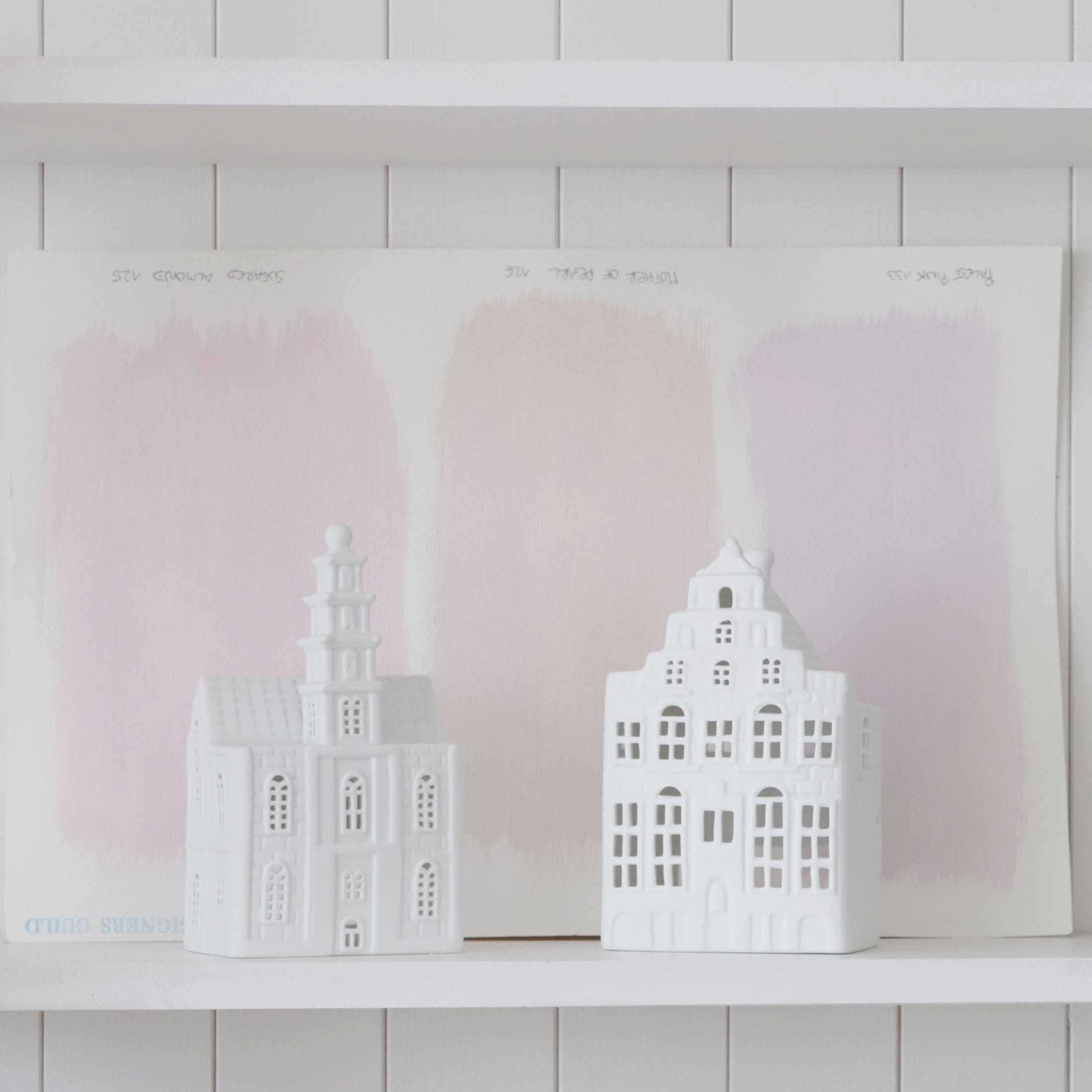Grachtenhaus aus Amsterdam aus Porzellan von der Marke Klevering. Entdecke die Kerzenhalter in der Form eines Hauses auf Soulbirdee, weißes Windlicht