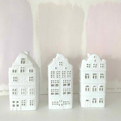 Kerzenhalter in Haus-Form aus weißem Porzellan im 3er Set von der Marke Klevering. Entdecke die Teelichthalter in Form von Grachtenhäusern aus Amsterdam