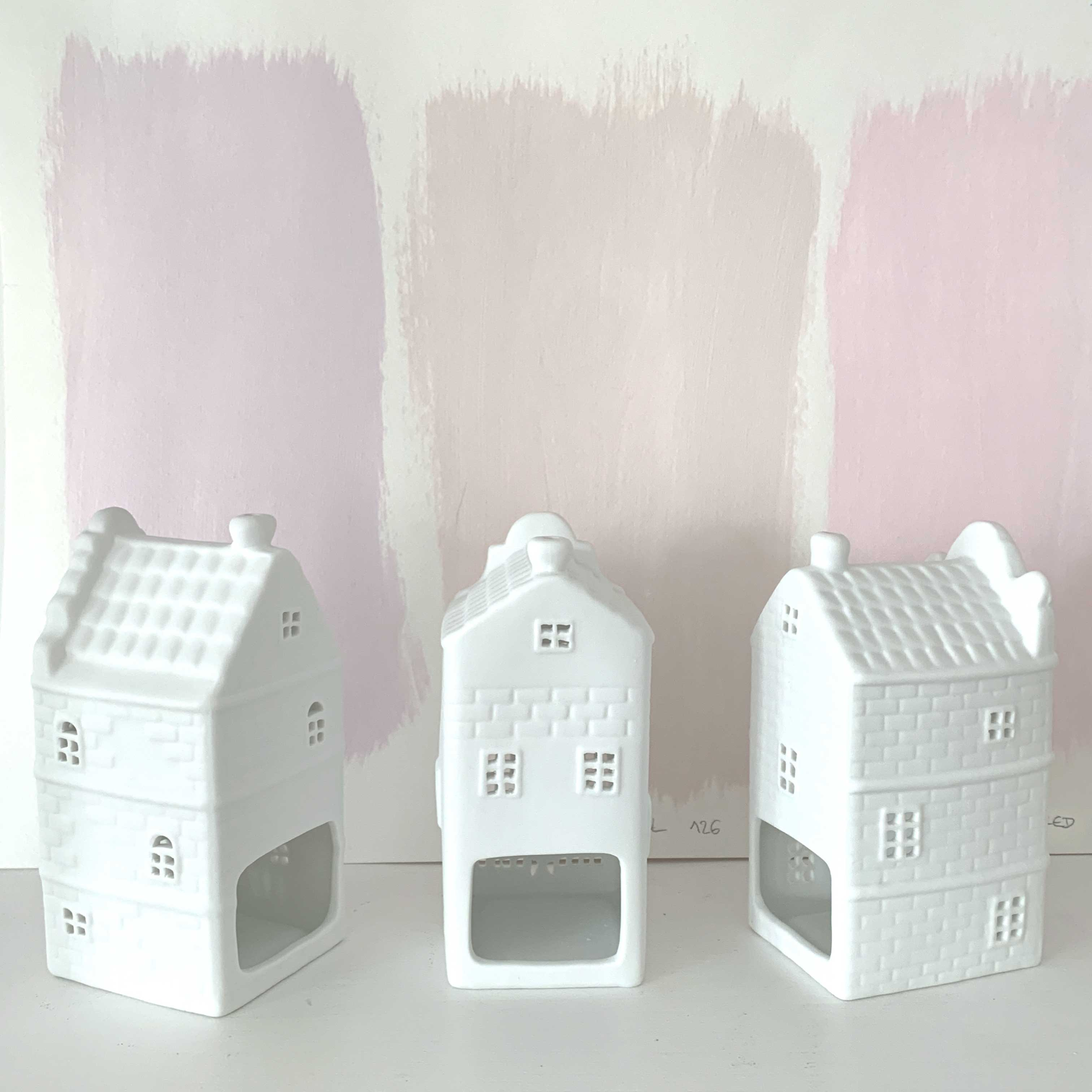 Teelichthalter in Haus-Form aus weißem Porzellan im 3er Set. Entdecke die Teelichthalter in Form von Grachtenhäusern aus Amsterdam