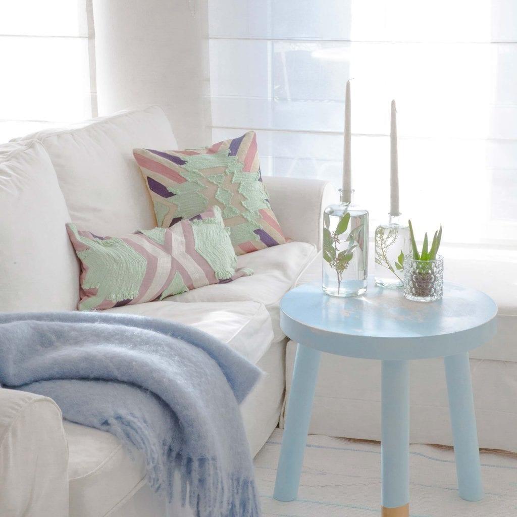 Sofa Kissen dekorieren in Pastell Farben mit Fransen