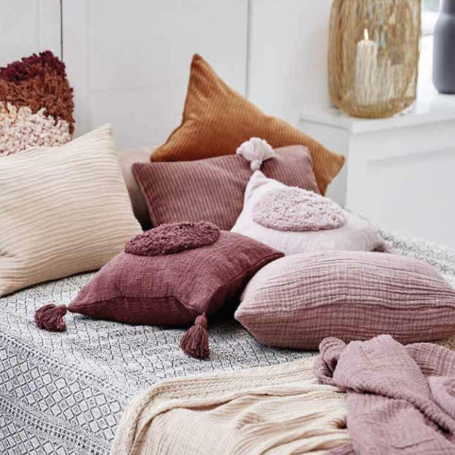 Deko Kissen in Rosa aus Baumwolle in 45 x 45 cm von der Marke Liv Interior. Traumhafte Kissen mit Bommel und Fransen finden Sie auf Soulbirdee.com