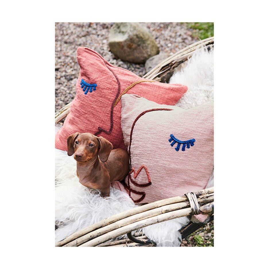 Sofakissen mit Gesicht in 45 x 45 cm aus rosa Baumwolle von der Marke Liv Interior. Deko Kissen im schwedischen Design im angesagten Wohntrend