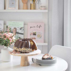 Tortenständer aus Emaille und Mangoholz im skandinavischen Stil für Kuchen und Torte mit 30 cm Durchmesser. Die Kobination der beiden Materialien ist außergewöhnlich und edel. Soulbirdee Onlineshop