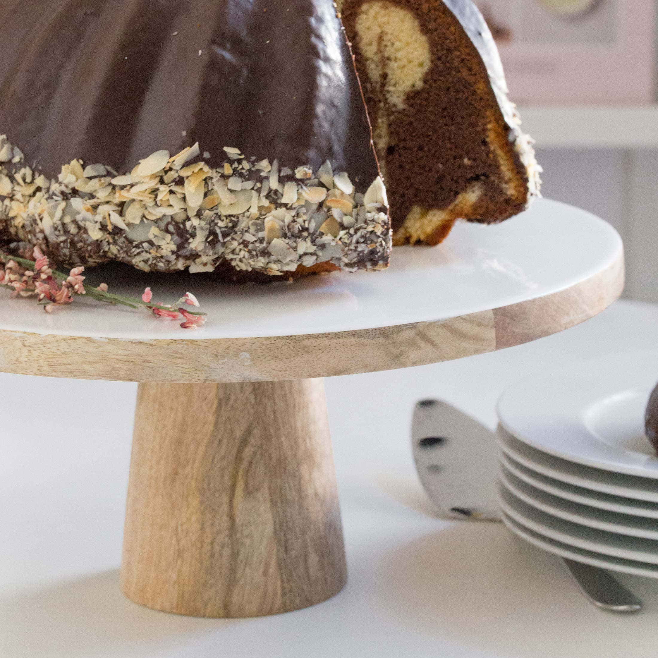 Tortenständer aus Emaille und Mangoholz im skandinavischen Stil für Kuchen und Torte mit 30 cm Durchmesser. Die Kobination der beiden Materialien ist außergewöhnlich und edel