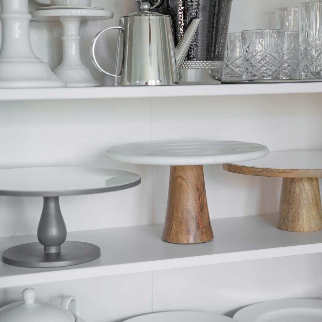 Tortenständer aus Marmor und Mangoholz im minimalistischen und klaren Design (D: 28,5cm). Präsentieren Sie ihre Kuchen & Torten mit dem gewissen Wow Faktor