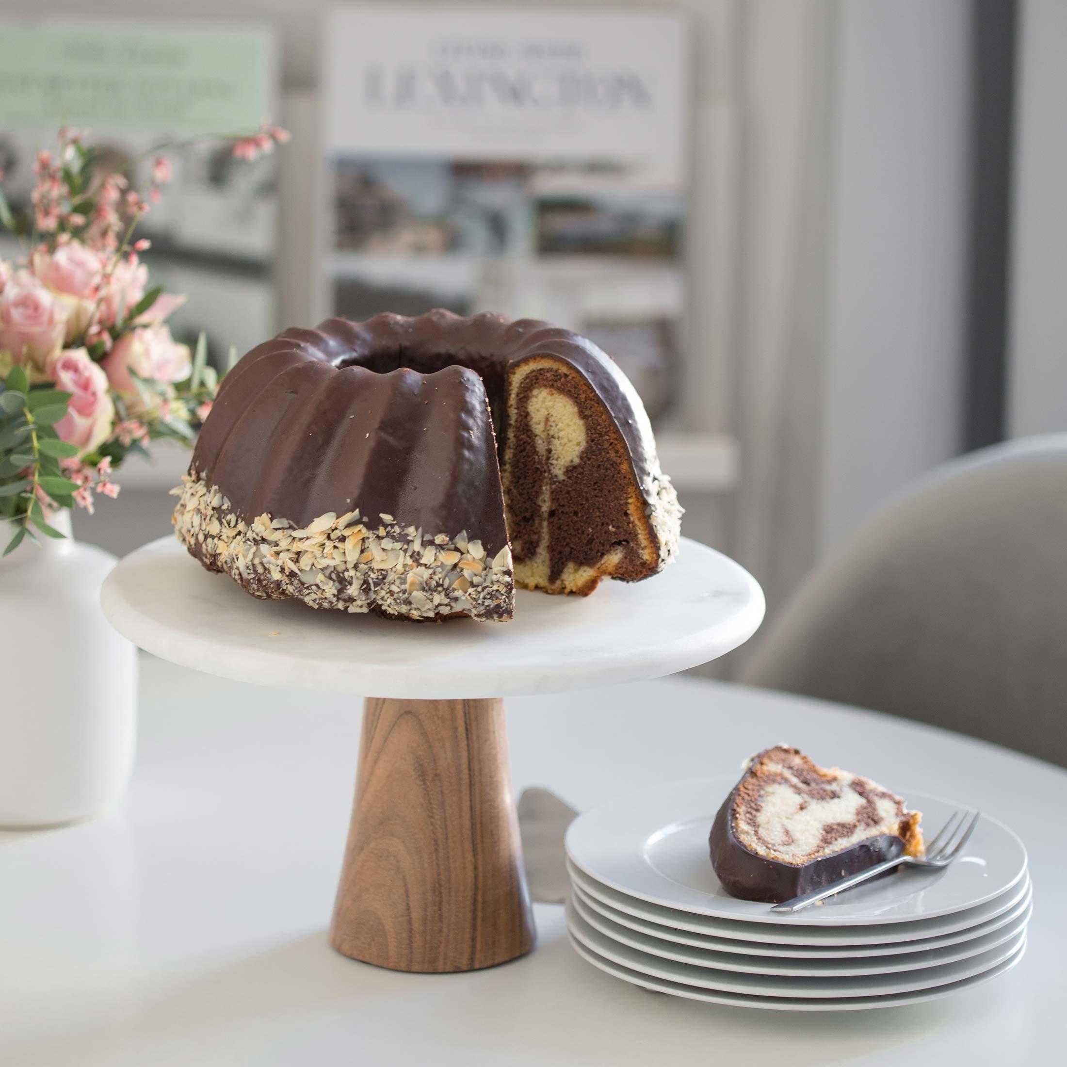 Tortenständer aus Marmor im skandinavischen Design von Be Home für die Präsentation von Kuchen und Torten. Tortenständer mit 28,5 cm Durchmesser mit weißer Marmorplatte