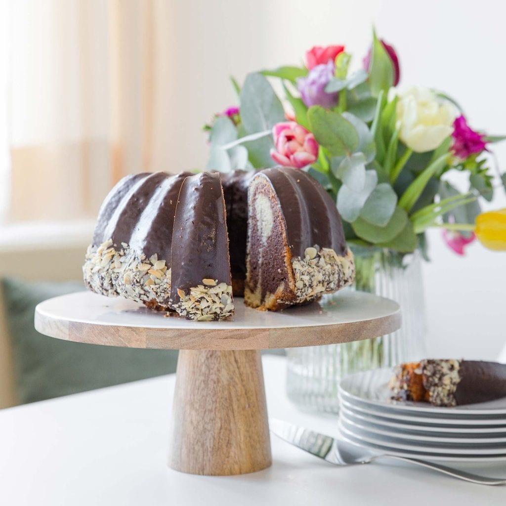 Tortenständer aus Emaille und Mangoholz im nordischen Wohnstil für Kuchen und Torten mit 30 cm Durchmesser. Entdecken Sie die Kollektion von Be Home