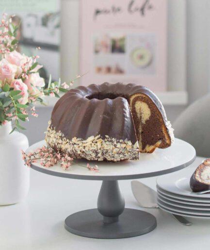 Kuchenständer aus Emaille in Schwarz und Weiß, das durch sein klares Design und hochwertige Qualität überzeugt. Entdecke die Tortenständer von Be Home