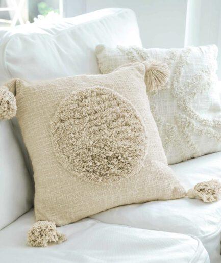 Deko Kissen-Bezug in Creme aus Baumwolle in 45 x 45 cm von Liv Interior. Traumhafte Kissen mit Bommel & Fransen finden Sie auf Soulbirdee.com