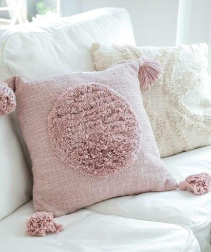 Deko Kissen-Bezug in Mauve aus Baumwolle in 45 x 45 cm von Liv Interior. Traumhafte Kissen mit Bommel & Fransen finden Sie auf Soulbirdee.com