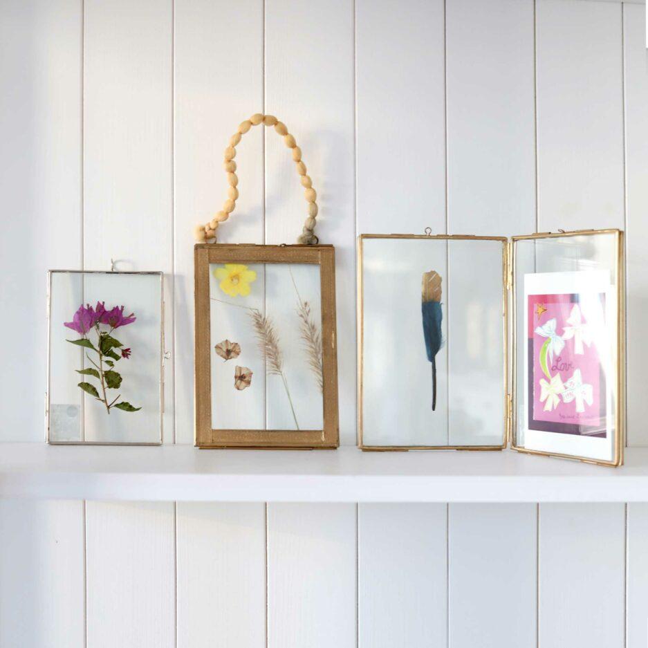 verschiedene kleine Bilderrahmen in 13 x 18 cm aus Gold oder Silber und Glas. Bilderrahmen im Boho Wohnstil für Fotos & Blumen von der Trendmarke Madam Stoltz online kaufen