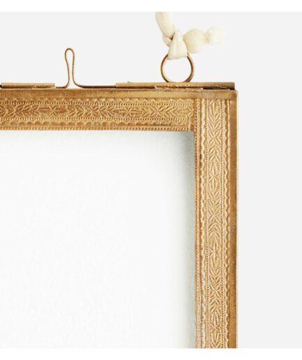 Hängender Bilderrahmen für Fotos in 10 x 15 cm. Die dünnen Bilderrahmen von Madam Stoltz dekorieren die Wand als Collage und sind ein tolles Geschenk
