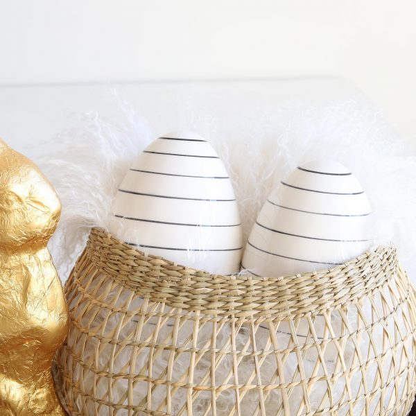 Ostereier aus Porzellan mit Streifen in Schwarz und Weiß im Skandi Stil für die Dekoration an Ostern. Gestreifte Eier im skandinavischen Wohnstil für die Tischdeko