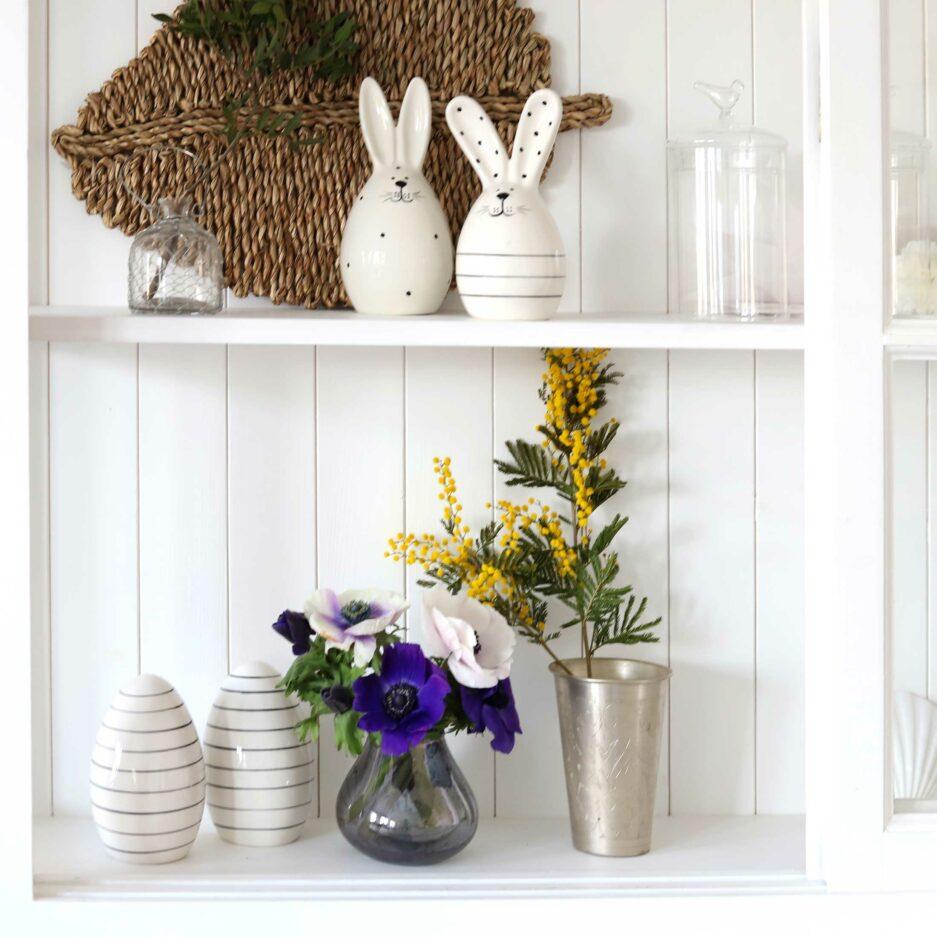 Skandinavische Osterdekoration im minimalistischen Design. Entdecke die beliebten, gestreiften Ostereier aus Porzellan für das schönste Ostern in 2020