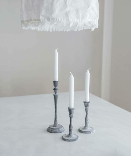 Skandinavischer Kerzenständer aus Eisen mit 16cm Höhe in Grau. In unserem Sortiment finden Sie kurze und hohe Kerzenständer in Grau & Schwarz