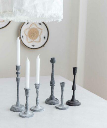 Skandinavische Kerzenständer aus Eisen in Grau. In unserem Onlineshop finden Sie kurze und hohe Kerzenhalter aus Metall in Grau & Schwarz. Deko-Kerzenständer aus Schweden