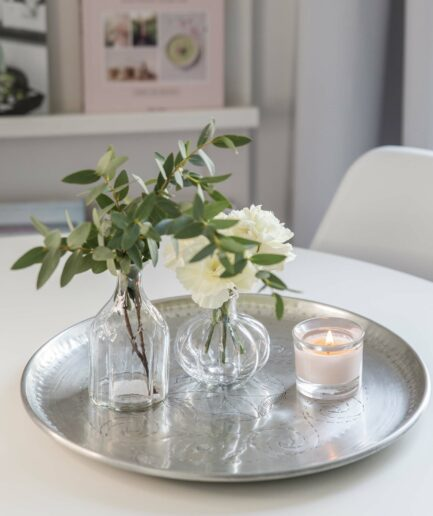 Dekotablett mit GLASVASEN und Kerzen. Rundes, silbernes Metalltablett aus Marokko. Entdecke smarokkanische Wohndekoration und besondere Unikate auf Soulbirdee.com